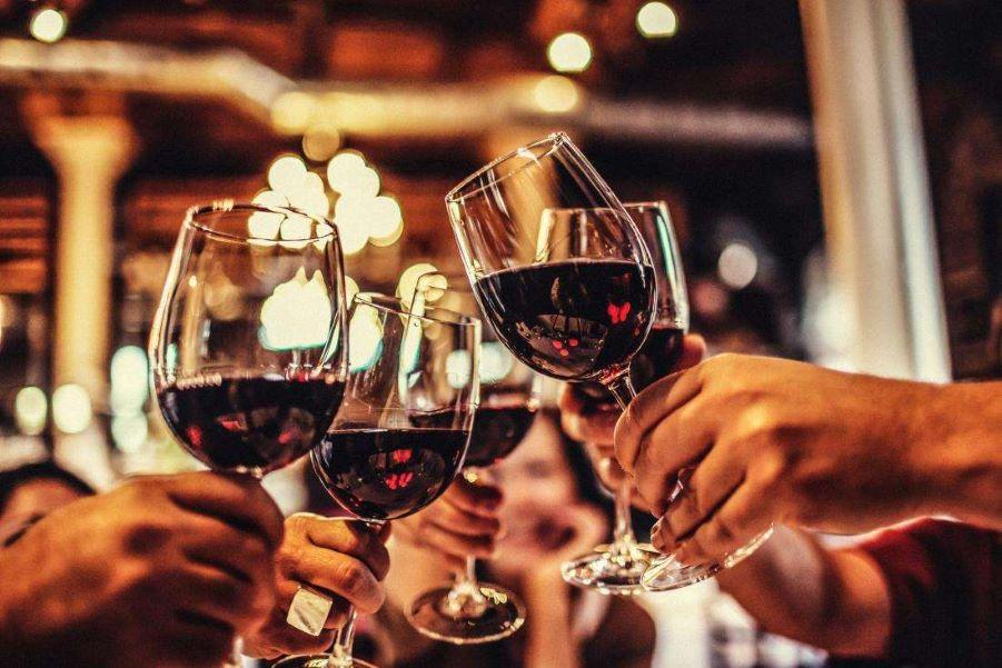 cách cầm ly rượu vang đúng cách và quý tộc